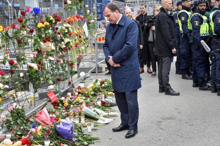 Stefan Löfven miniszterelnök a merénylet helyszínén szombat délelőtt