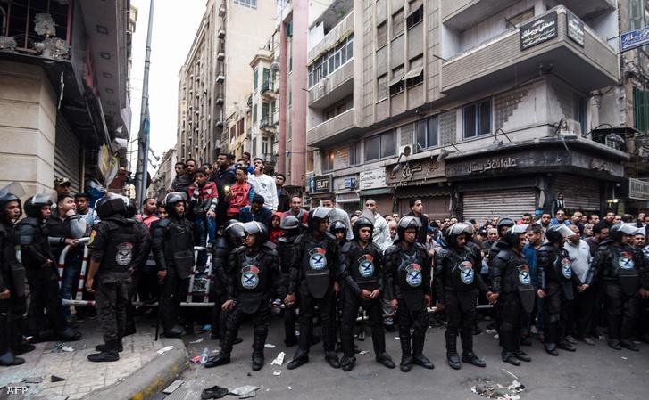 Rendőrök tartják fel a nézelődőket az egyik bombatámadás helyszínén