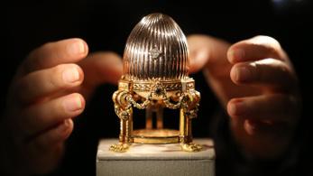 Száz év után találkozott újra a Fabergé tojás a hozzá tartozó meglepetésével