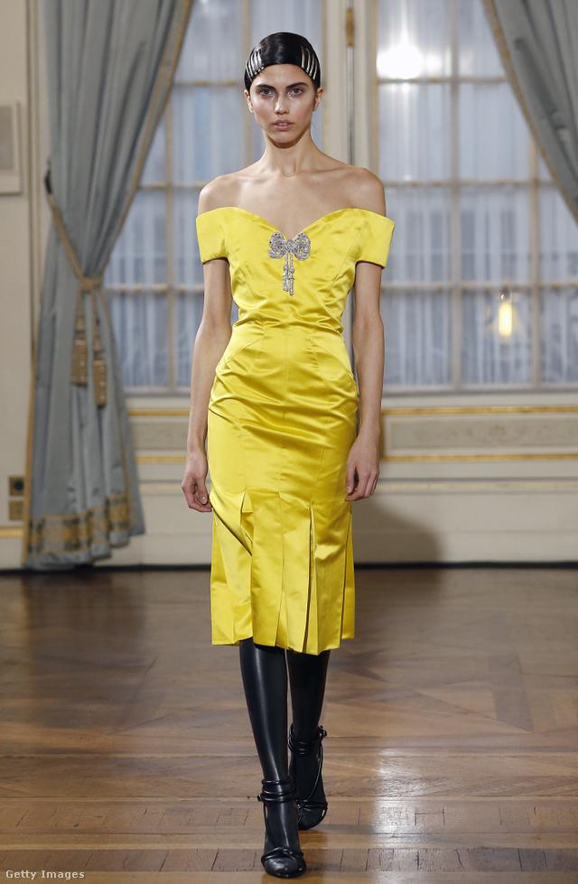 Ejtett vállú, sárga ruha Francesco Scognamiglio kollekciójában.