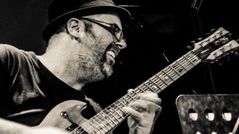 Zenével veszik fel a harcot a Parkinson-kór ellen