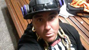 Jet-skivel üldözték a részeg rappert, aki az óceánba ugrott, mert drágállta a homárt