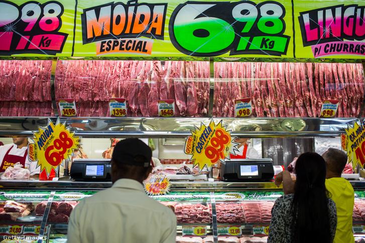 Vásárlók egy Sao Paolói hentesüzletben, a márciusi botrány kirobbanása után