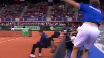 Tényleg a nézőtérről adta vissza a labdát a teniszmeccsen