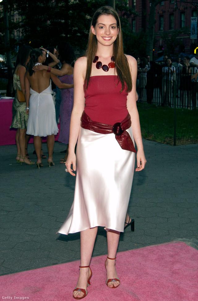 Vörösbor színű felsőben és krém színű szaténszoknyában ment el a Szex és New York ötödik évadának premierjére 2002-ben.