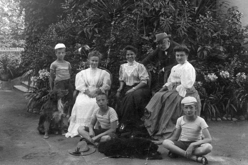 Az 1930'-as években virágokkal teli, dzsungelszerű örökzöldeket növesztettek az udvaron is, ami szabadon lévő télikert hatását keltette. A nagy családi fotók is itt készültek.