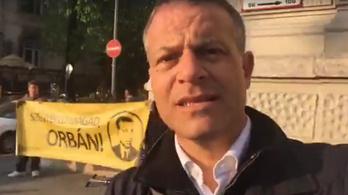 Bemászott a Fidesz-székházba és graffitizett az Együtt