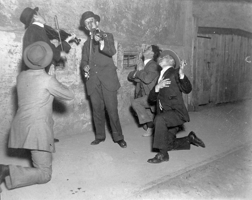 A legények a kiszemelt leányoknak szerenádot tartottak, melyet ők térségenként eltérő szokások szerint el is fogadhattak. Nem kellett kimenniük, egy apró jelből már tudták, hogy célt ér a szerenád. A kép 1915-ből származik.