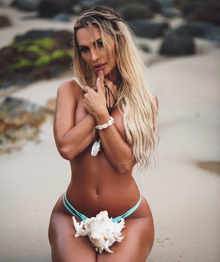 A lány ebben az időszakban könyvelőként dolgozott, ám ahogy a műsor miatt ismertebb lett, egyre több bikinigyártó és férfimagazin - többek között a Playboy - kereste meg, hogy lenyűgöző testével járuljon hozzá sikereikhez.