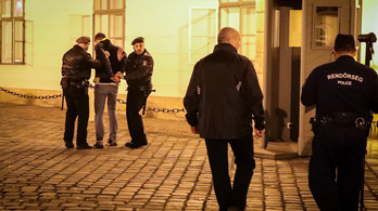 Rendőrök vitték el a lakásáról a hétfő esti tüntetés egyik résztvevőjét