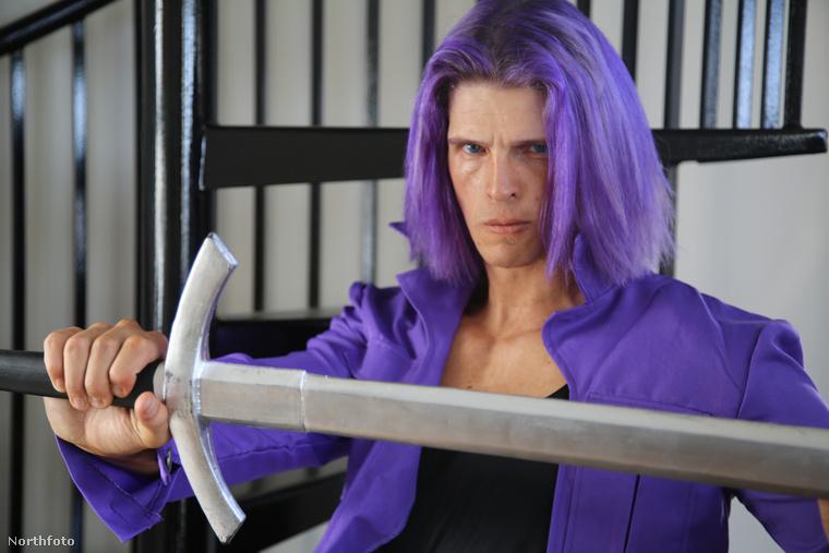 Néha otthon a hálószobában előveszi és megmarkolja a kardját.