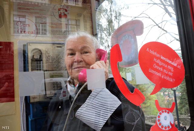 Emődiné Csótai Margit verset hallgat a fülkében