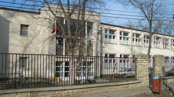 Őrizetbe vettek egy isaszegi tanárt, mert viszonya volt egy 13 éves tanulóval