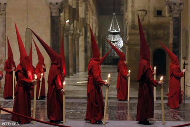 A Boldog Végkifejlet testvériség tagjai a cordóbai Nagymecsetben vezekelnek