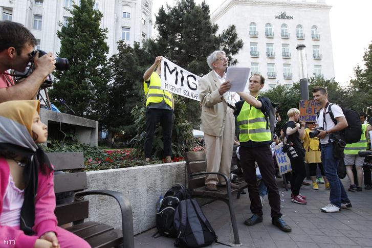 Kõszeg Ferenc a Magyar Helsinki Bizottság alapítója és első elnöke (k) beszél a Migráns Szolidaritás (MigSzol) Csoport Bevándorló vagyok mottóval a nemzeti konzultáció ellen rendezett demonstrációján Budapesten a Deák Ferenc téren 2015. május 19-én