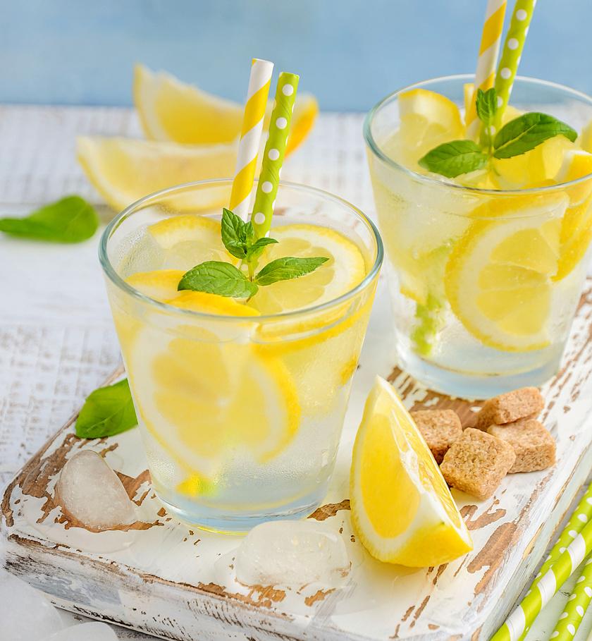 A legismertebb talán a citromos méregtelenítő víz, amibe vágj nagy citromszeleteket vagy -karikákat, és adj hozzá mentaleveleket is. Soha ne cukrozd, mint a limonádét.