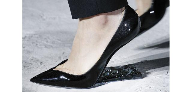 Így néz ki a sarok nélküli Saint Laurent cipő.
