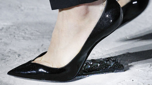 Fizikailag lehetetlen eltaknyolni a sarok nélküli cipőben