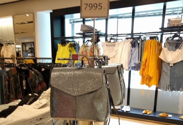 Zara: 7995 forint a fémes hátitáska.