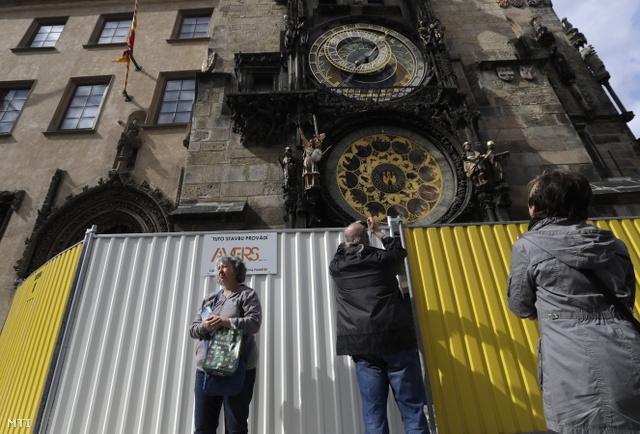 Látogatók az elkerített Óvárosi városháza előtt