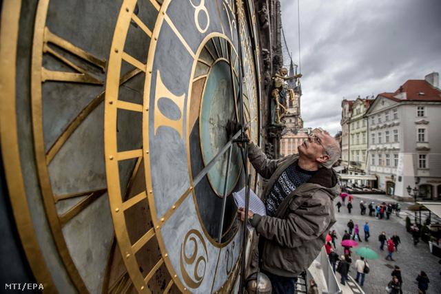 Petr Skála órásmester az Orlojt vizsgálja