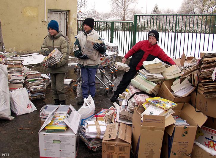 Budapest 2005. november 21. Gyűlik az újság és a papírhulladék az iskola udvarán amikor papírgyűjtést rendeztek az albertfalvai Don Bosco katolikus általános iskolában és óvodában. Az összegyűlt 24 tonna hulladékpapírból befolyt összeget az iskola szépítésére használják majd fel.