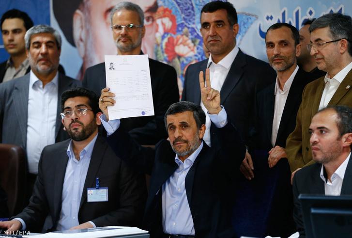 Mahmúd Ahmadinezsád korábbi iráni államfő mutatja a regisztrációs lapját miután felvetette magát az iráni elnökválasztáson induló jelöltek listájára a teheráni belügyminisztériumban 2017. április 12-én