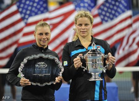 Vera Zvonarjova és Kim Clijsters a trófeákkal
