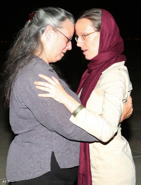 Sarah Shourd anyjával az omani reptéren