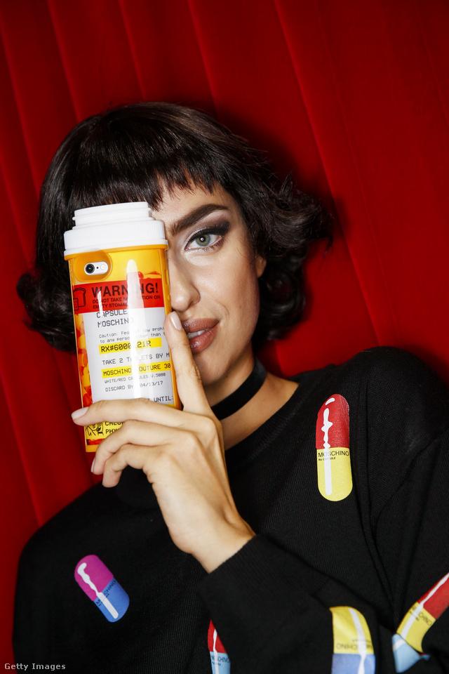 Vényköteles gyógyszereket népszerűsít a Moschino a szezonban.