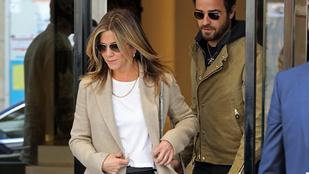 Jennifer Anistonnak valahogy természetesebben áll a street style, mint Vajna Tímeának
