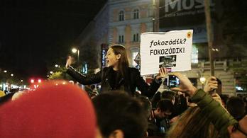 Bulival harcoltak Orbán ellen az Oktogonon