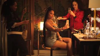 Nicki Minaj nem tud leszakadni a telefonjáról