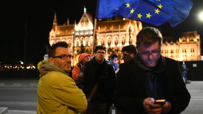 A Kossuth téren tüntetnek Gulyás Balázsék elítélése ellen