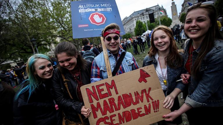 Zenés, táncos tüntetés kezdődött a Szabadság téren