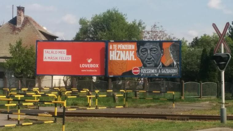 Lovebox és fideszező plakátok egymás mellett Szarvas határában
