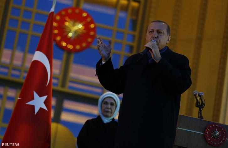 Erdogan a kiterjesztett elnöki rendszert ünneplő beszéde közben