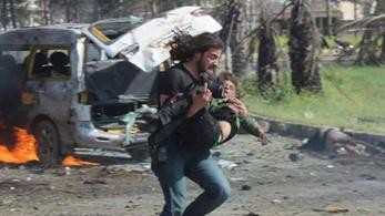 Letette a kamerát és gyerekeket mentett a szíriai fotós