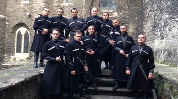 Hosszú fekete kabát, bőrcsizma és kés – grúz férfikar érkezik a Bazilikába