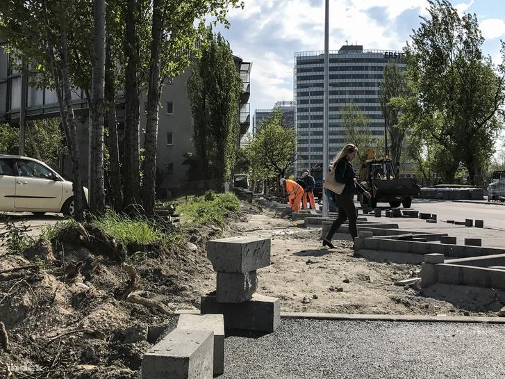 Így lehet átvágni a parkolóból a főbejárat fel, keresztül a járdát építő munkásokon