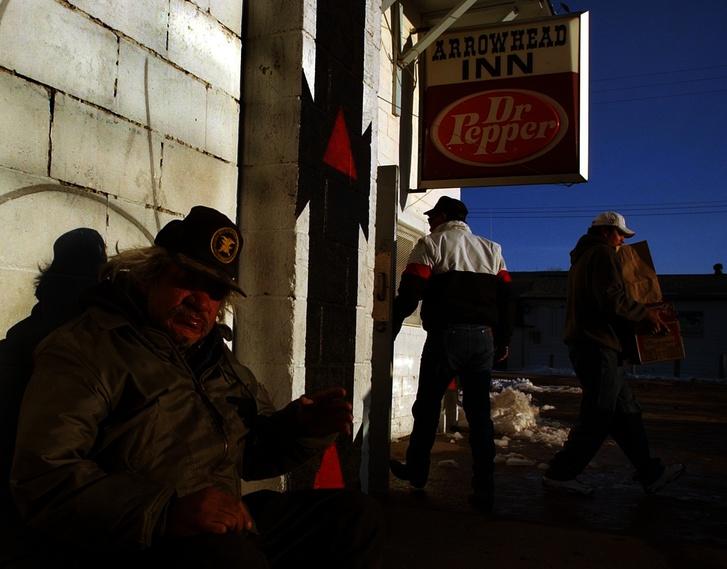 Az 51 éves John Red Shirt ücsörög Whiteclay egyik alkoholt árusító boltja előtt
