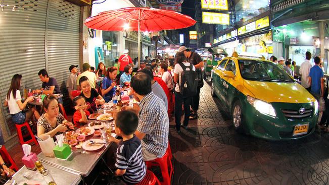 Megszüntetik a kifőzdéket és kitiltják az árusokat Bangkok utcáiról