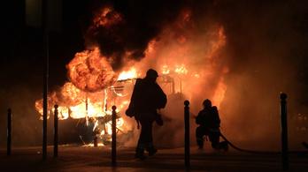 Kiégett egy busz a Széll Kálmán téren