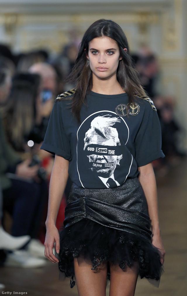 Trumpos póló és 80-as évek divatját idéző szoknya a Redemption kifutóján Párizsban.