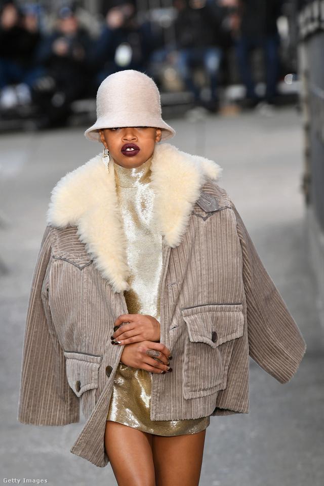 Szőrmegalléros kordbársony kabát a Marc Jacobs kifutóján New Yorkban.