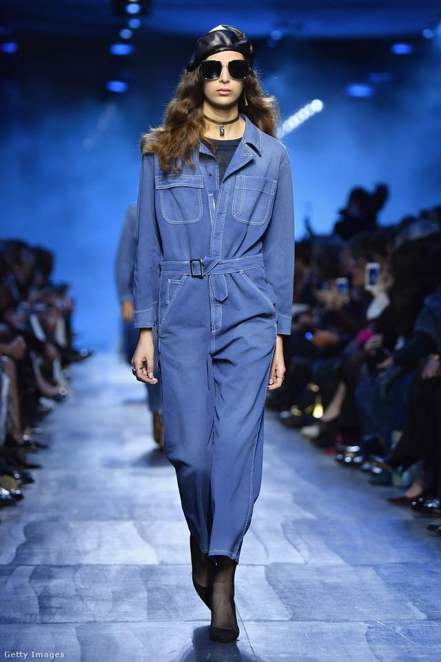 Farmerkezeslábas a Christian Dior párizsi kifutóján.