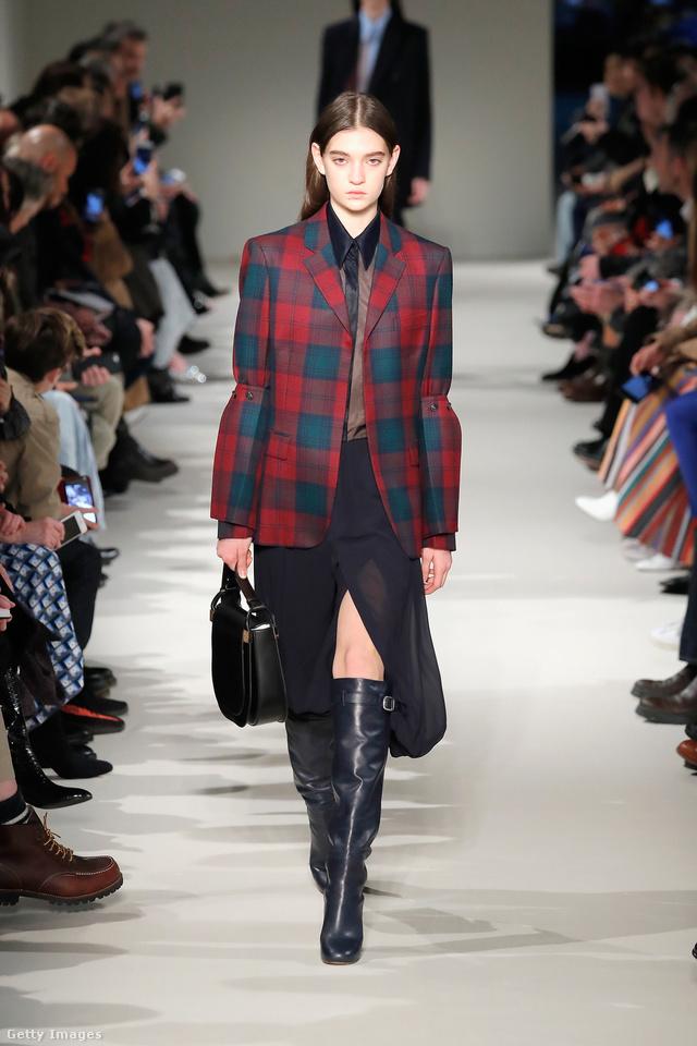 Az irodista ruhatárba is könnyen beilleszthető kockás blézer Victoria Beckham kollekciójában.