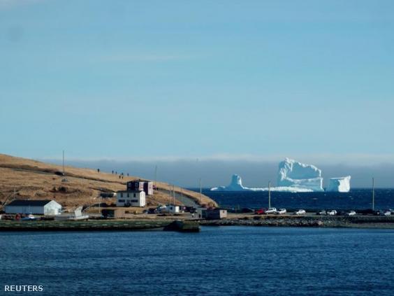 A jéghegy lecövekelt Ferryland partjai előtt