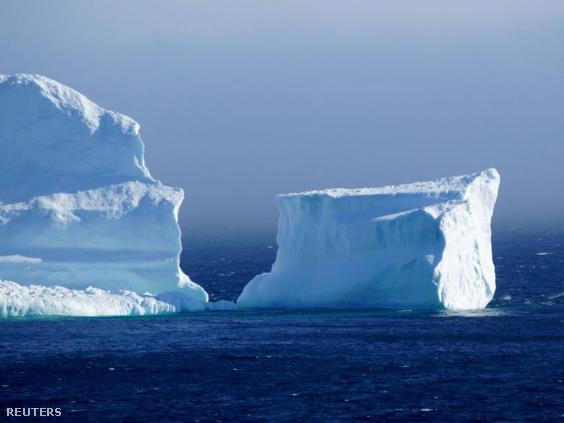 Megtalálja a helikoptert, amely rászállt a jéghegyre? Így talán jobb képet kap a valós méretéről