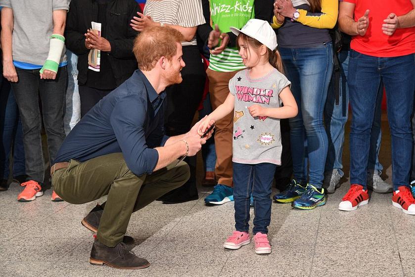 A londoni maratoni expót ezzel a tüneményes kislánnyal nyitotta meg. Elolvadunk, hogy fogja a kis kezét!